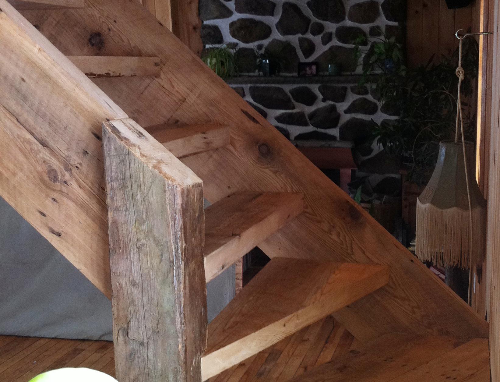 Escalier bois de grange r cup r for Meuble avec bois de grange