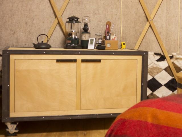 Meubles pour yourte en bois et acier réutilisés